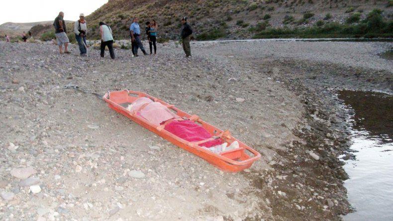 El cuerpo de la menor sobre la camilla de los bomberos de Junín.