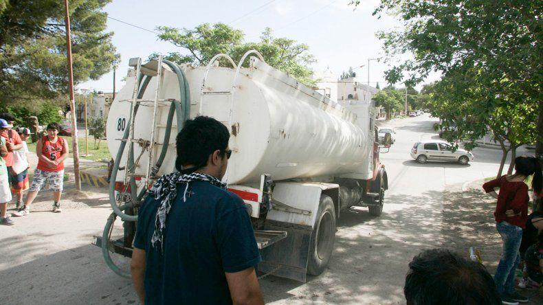 La escasez es tanta que el reparto de agua no da abasto.