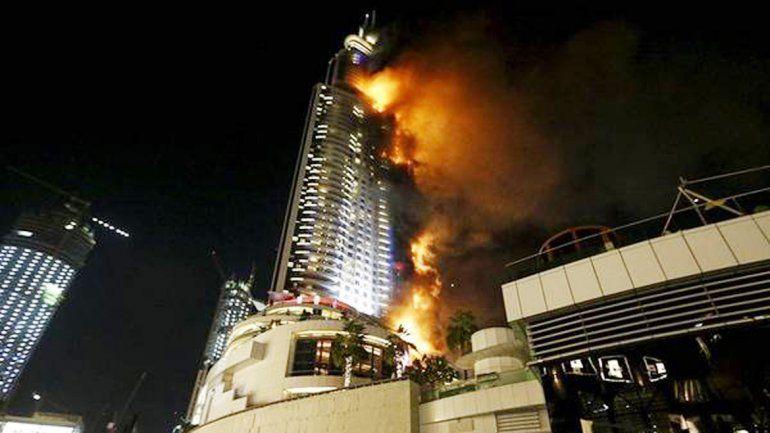 El lujoso hotel se consume por el fuego.