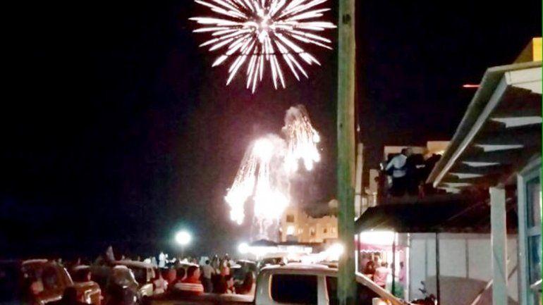 Una multitud asistió al show de fuegos artificiales.