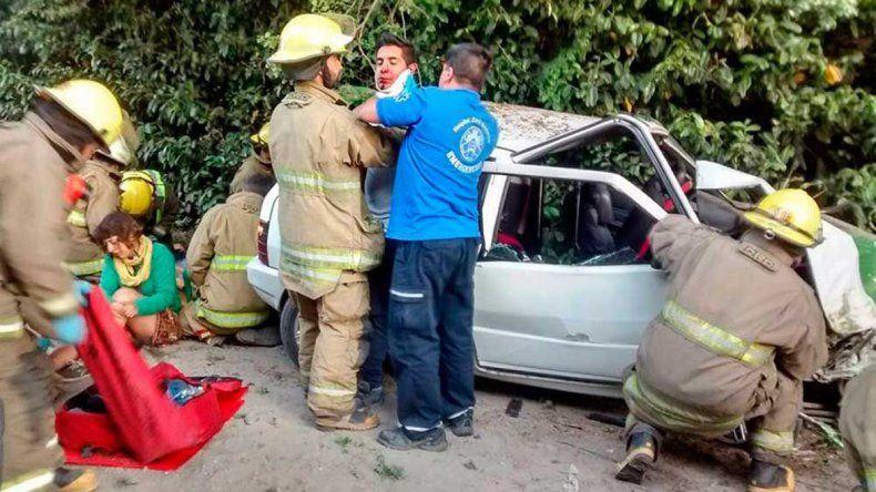 Hicieron dedo, los levantó un auto y terminaron en el hospital