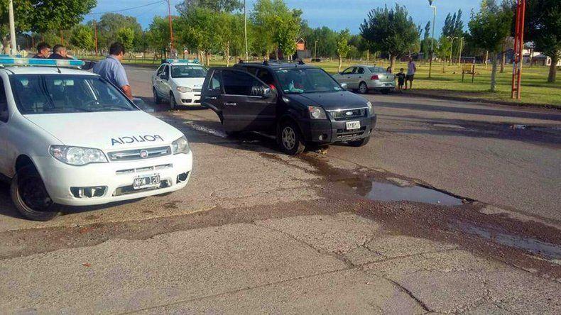 Los efectivos rionegrinos le bloquearon el paso a la Eco Sport en la que intentaba huir el policía neuquino.