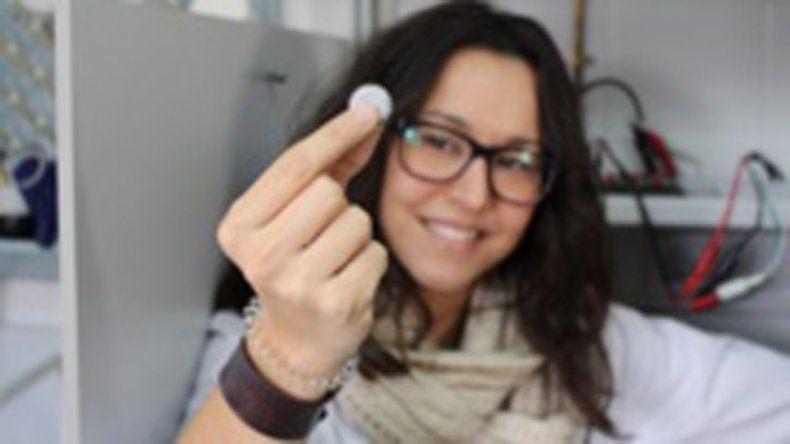 La investigadora Noelia Moreno muestra la minibatería.