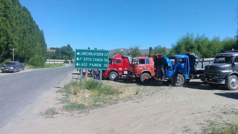 Camioneros de la Cooperativa Lanín están apostados a la vera de la Ruta 61 en el cruce con Ruta 40.