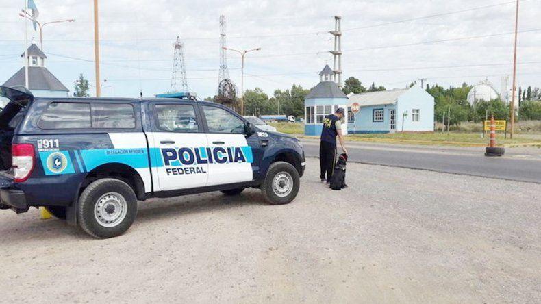Una camioneta de la Federal en un acceso a Plaza Huincul.