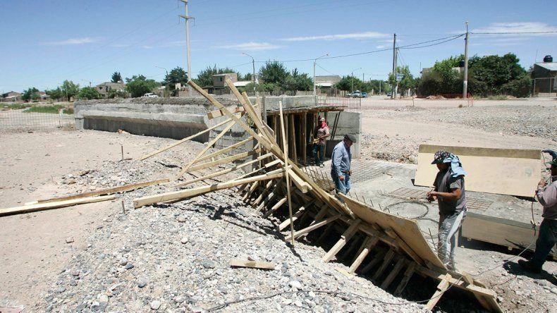 Un puente sobre la calle Guillén. Una de las últimas obras de Centenario con fondos de la gestión K.