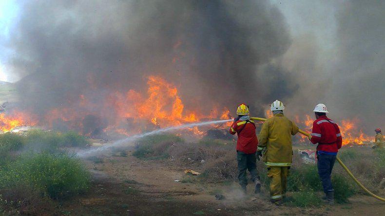 Fuego en el basural municipal de Junín de los Andes: el viento complica las tareas de los bomberos