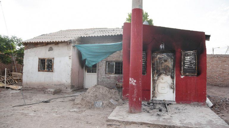 La casa del barrio Almafuerte quedó muy deteriorada después de la terrible reacción del hombre.