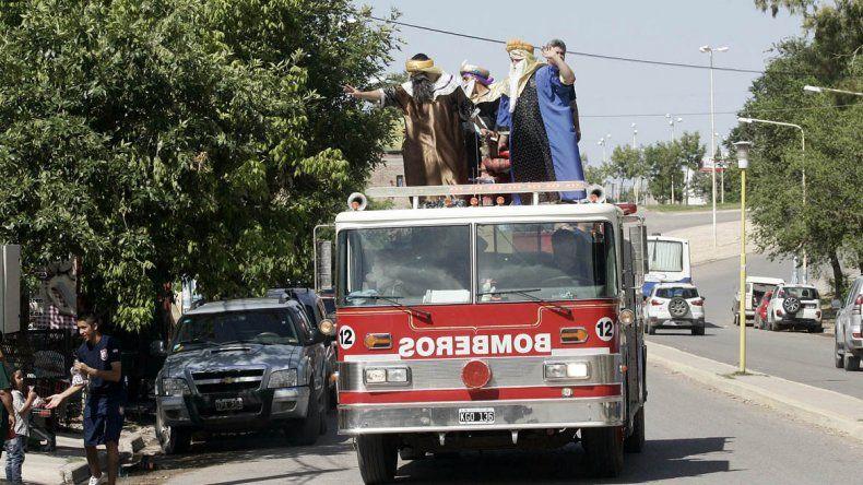 Los Reyes visitaron el hospital y repartieron regalos en Centenario