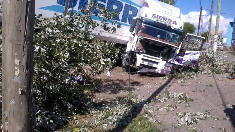 Por esquivar un auto sobre la Ruta 22, un camión terminó cayendo por la banquina