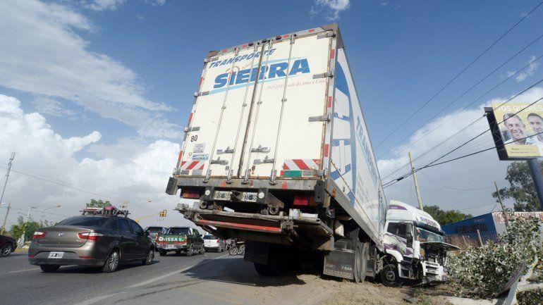 El camión quedó en posición extraña