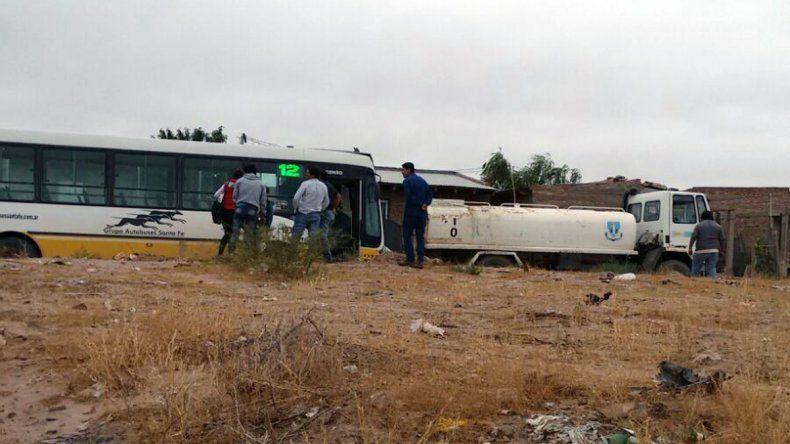 Colectivo chocó a camión regador en el barrio Los Hornitos.