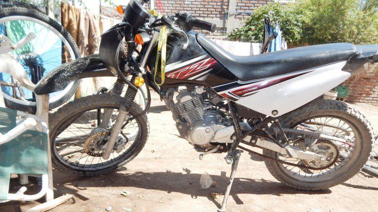 La moto que le habían robado el 30 de diciembre a una chica en su casa y parte de las municiones.