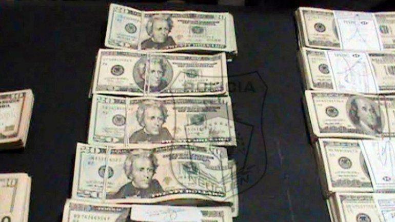 Los fajos de dólares secuestrados por la Policía de Neuquén.