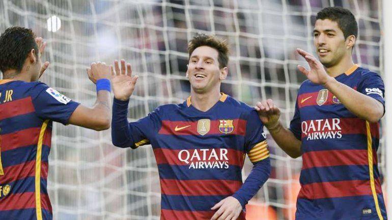Neymar y Luis Suárez festejan con Messi uno de sus tantos.