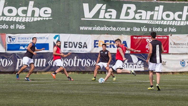 La práctica de fútbol entre titulares y suplentes. Vera