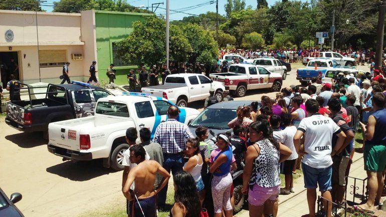 Todos los vecinos de Cayastá quisieron ver el motivo de tanto alboroto. Hubo un aluvión de medios.