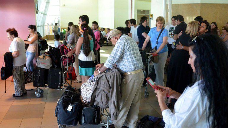 Los pasillos colmados de la terminal son el escenario en el que se mueven estas mujeres inescrupulosas.