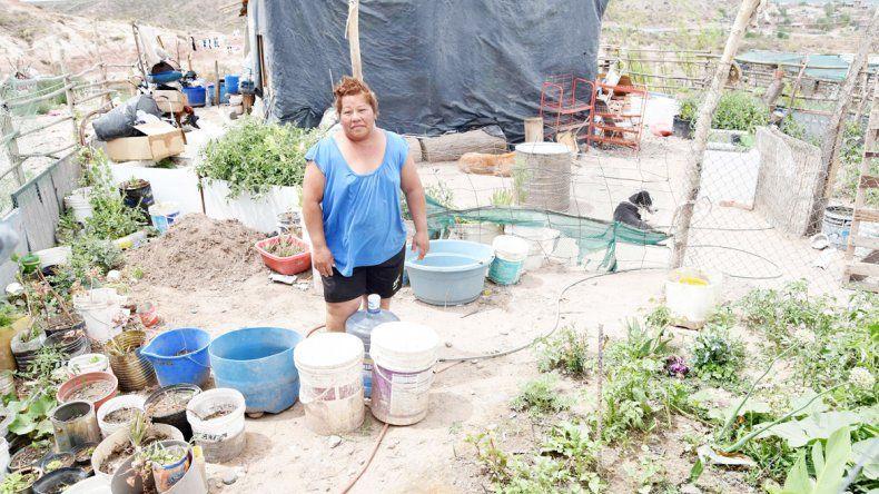 Doble sacrificio: juntar agua para tomar y para la higiene