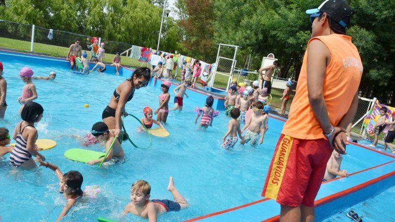 A la pileta: miles de chicos ya disfrutan de las vacaciones de verano.