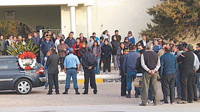 Mucha gente acompañó los restos del sargento Calfuqueo tras el crimen.
