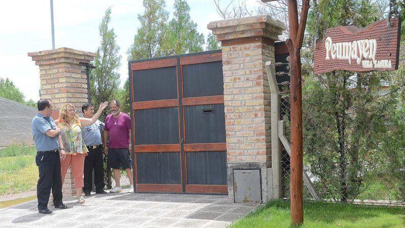 Los jefes de la Regional II junto con la diputada Lastra en la puerta de su casa.