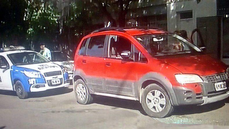 El Fiat Idea con la ventanilla del acompañante rota por el robo.