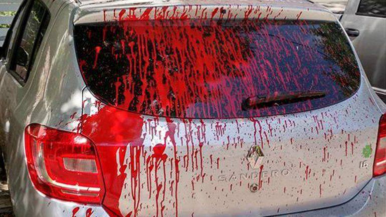 Loco de celos, tiró pintura sobre el auto nuevo de su ex