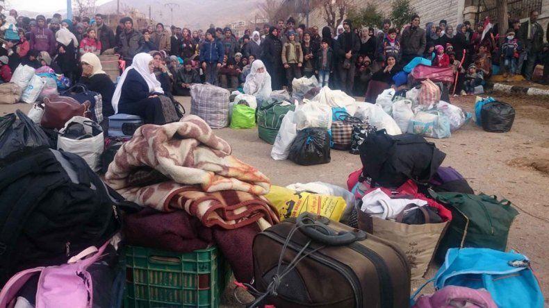 Habitantes de Madaya esperaban ayer algo para comer.