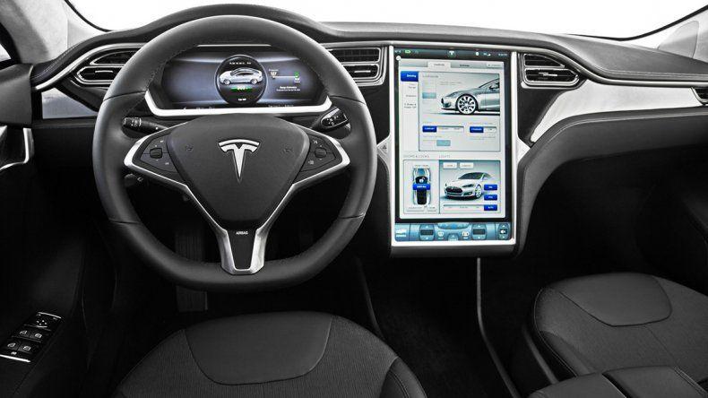 El vehículo también cuenta con la opción autopiloto.