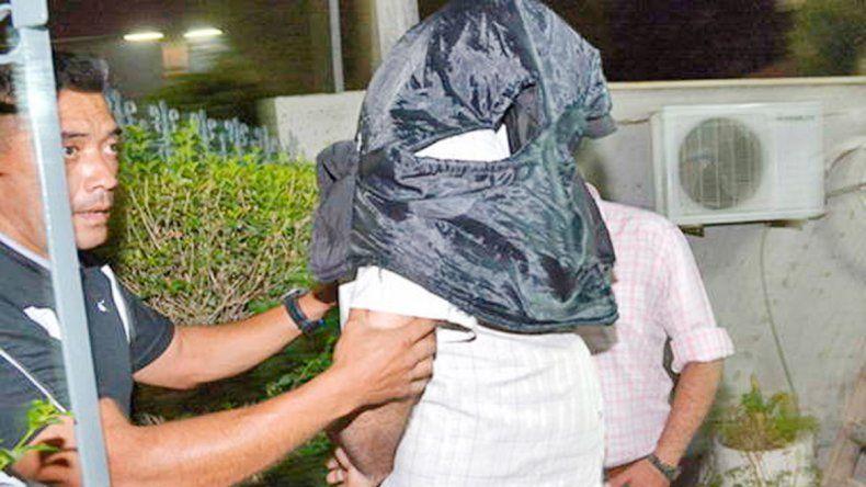 El acusado de violar a la niña de 13 años al momento de ser detenido.