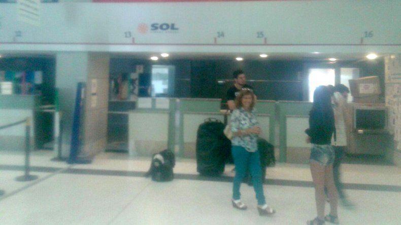 Pasajeros de Sol varados en el aeropuerto de Neuquén.