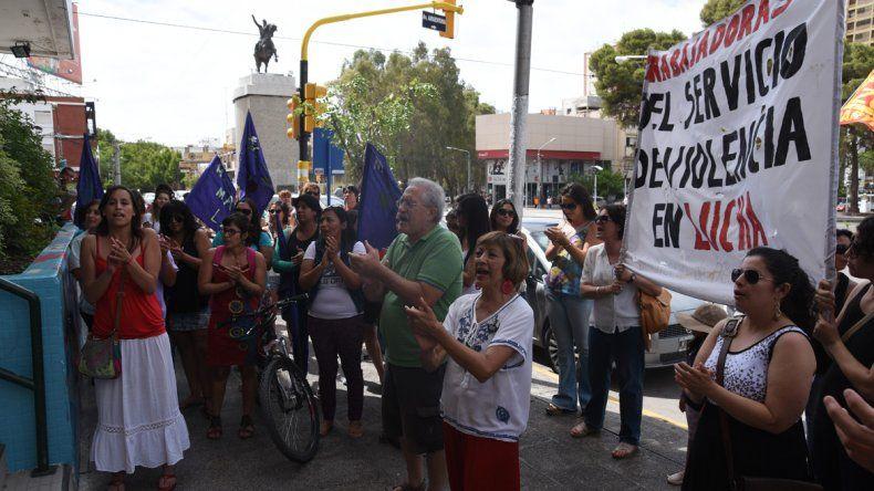 Despedidas del 0800-Mujer protestaron frente al Municipio