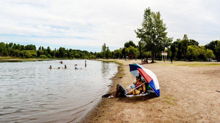 Son pocos los neuquinos que disfrutan el mediodía a orillas del Limay.