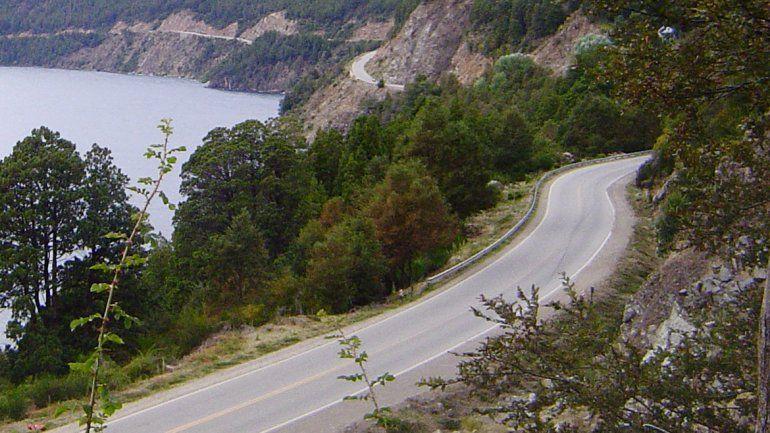 La Ruta 40, cerca del lago Lácar.