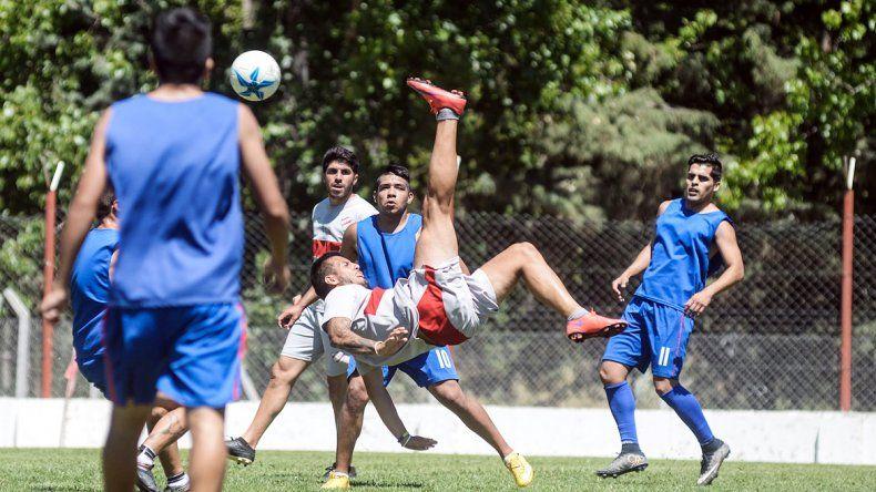 Mauricio Villa realizando una chilena en el amistoso.