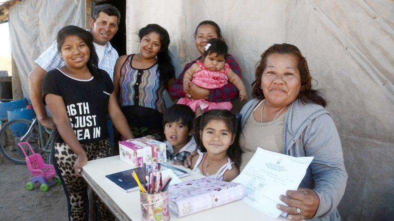 María Luisa Justiniano recibió el certificado por terminar la primaria