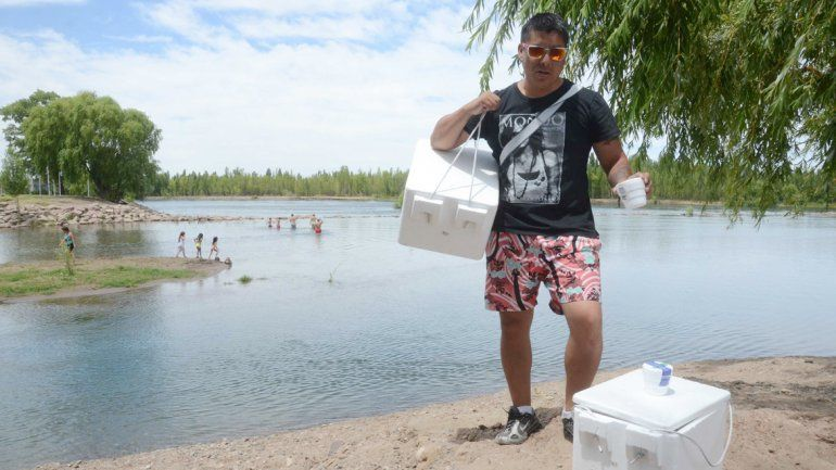Marcelo se dedica a la venta callejera mientras recorre gran parte del país.