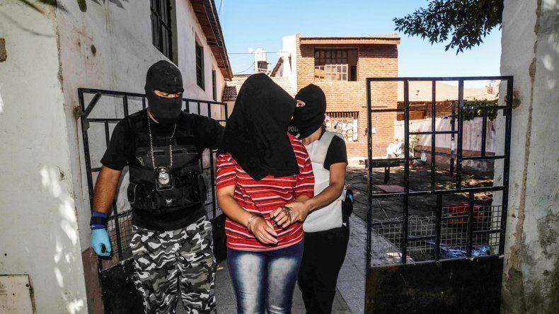 La joven involucrada fue demorada en Don Bosco II junto a un hombre de  unos 30 años . El más joven de los detenidos en el Alto tiene 18 años.