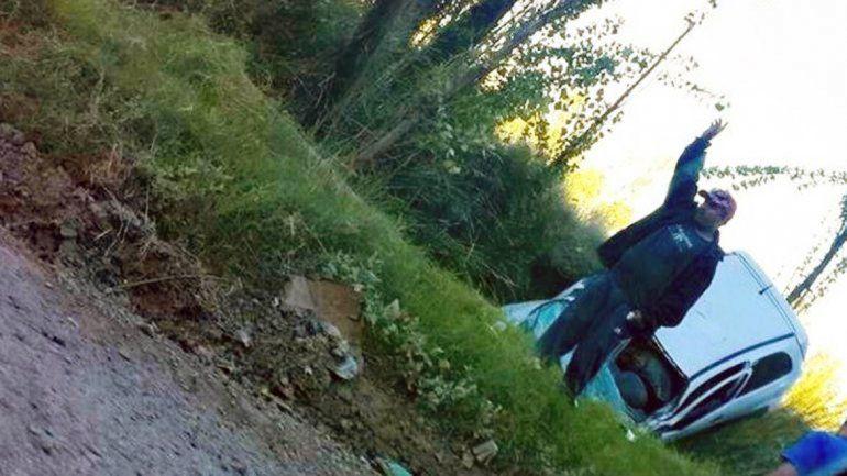 El Chevrolet Corsa quedó con la trompa dentro del canal de riego.