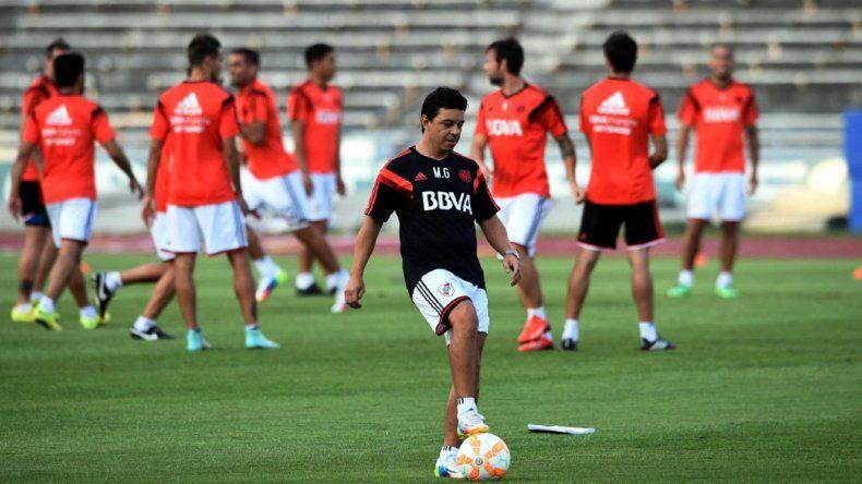 Gallardo apostará por el pibe Batalla en el debut del Millonario en el torneo de verano. Barovero y Vangioni se quedaron entrenando en Uruguay.