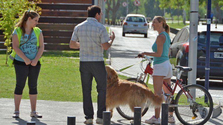 Muchos vecinos llevan sus mascotas a los balnearios.