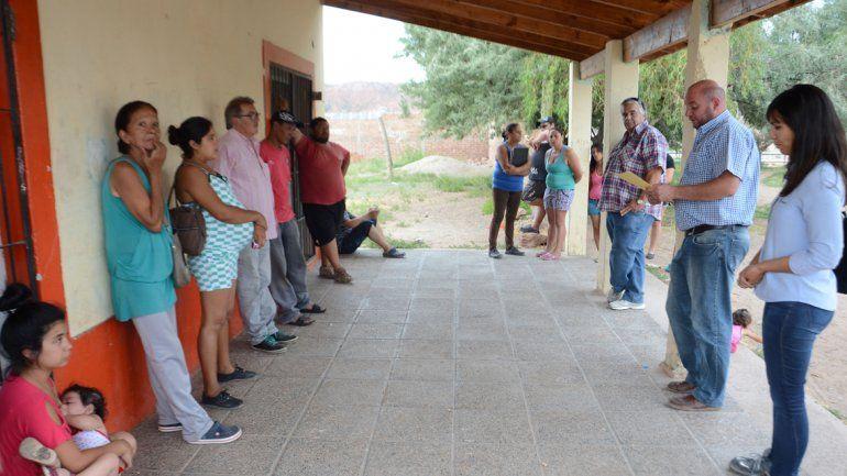 El yacimiento Centenario está en Neuquén (Nueva Esperanza) y Plottier (Los Hornos). El predio donde perforarán deja claro que tiene dueño. Los vecinos debatían qué obra querían en el barrio.