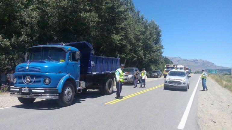 Camioneros cortan la Ruta 40 en el ingreso al aeropuerto