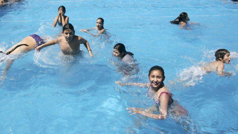 Los chicos disfrutan del agua durante las tardes.