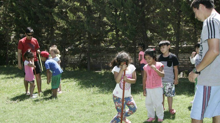 Los chicos juegan al aire libre y se divierten.