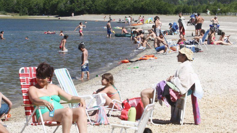 Las altas temperaturas invitan a disfrutar de las playas del lago.