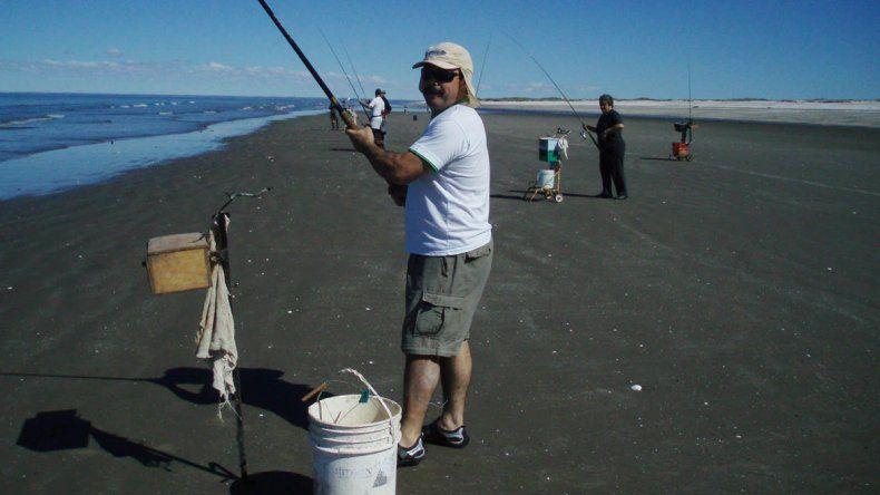 La pesca costera convoca a gran cantidad de aficionados a la pesca.