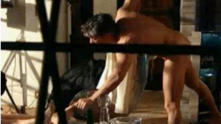 El primer desnudo de Echarri luego de tener sexo con tres mujeres. Una de ellas (Antonópulos) es su pareja.