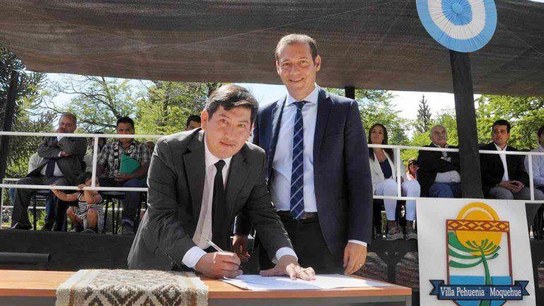 El gobernador Omar Gutiérrez junto al intendente Sandro Badilla.
